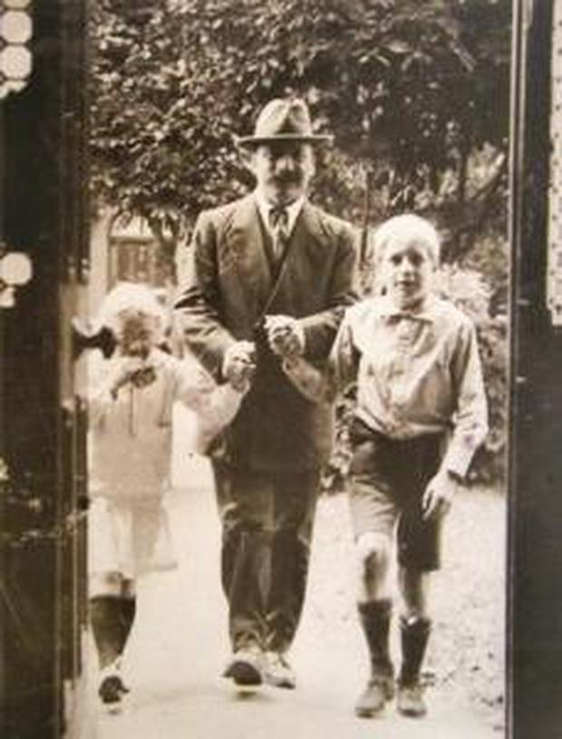 Arthur-Griffith-entering-his-home-with-his-two-children_.jpg