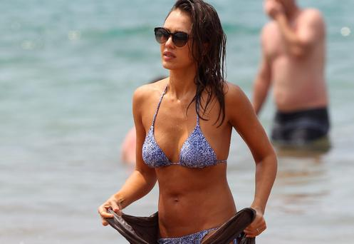 Jessica Alba paddle boarding on her Hawaii vacation. Picture: Splash News