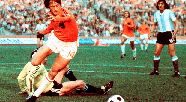 Dutch midfielder Johann Cruyff dribbles past Argentinian goalkeeper Daniel Carnevali on his way to scoring a goal during the World Cup quarterfinal soccer match between the Netherlands and Argentina 26 June 1974 in Gelsenkirchen (STF/AFP/Getty Images)