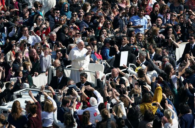Pope Francis waves to the faithful at the end of the Easter Mass in Saint Peter's Square at the Vatican March 27, 2016. REUTERS/Alessandro Bianchi