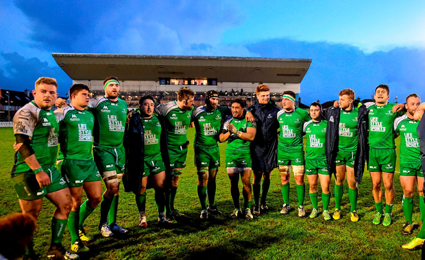 The Connacht squad form a team huddle following their victory over Leinster. Guinness PRO12, Round 18, Connacht v Leinster, Sportsground, Galway. Picture credit: Ramsey Cardy / SPORTSFILE