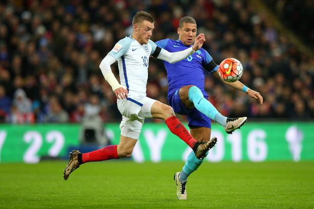 Jamie Vardy and Jeffrey Bruma battle for the ball (FA via Getty Images)