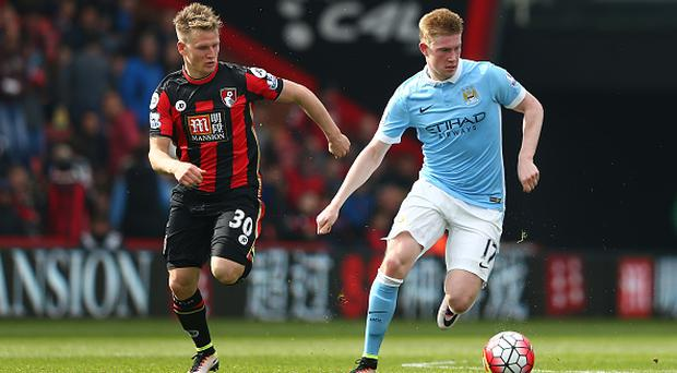 BOURNEMOUTH, ENGLAND - APRIL 02: Kevin de Bruyne of Manchester City and Matt Ritchie of Bournemouth compete for the ball during the Barclays Premier League match between A.F.C. Bournemouth and Manchester City at Vitality Stadium on April 2, 2016 in Bournemouth, England. (Photo by Michael Steele/Getty Images)