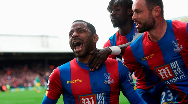 LONDON, ENGLAND - APRIL 09: Jason Puncheon of Crystal Palace celebrates scoring his team's first goal with his team mates during the Barclays Premier League match between Crystal Palace and Norwich City at Selhurst Park on April 9, 2016 in London, England. (Photo by Tom Dulat/Getty Images)