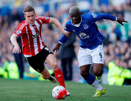 Everton's Arouna Kone tries to evade Southampton's Steven Davis. Photo: Carl Recine/Action images via Reuters