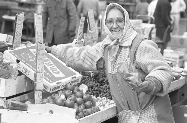 Liz Scully, a Moore St trader in Dublin selling Canary Island frozen tomatoes in February 1986 (Part of the Independent Newspapers Ireland/NLI Collection)