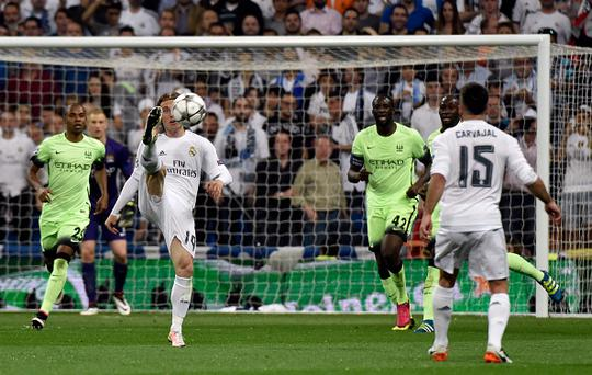 Real Madrid's Croatian midfielder Luka Modric (2nd L) controls the ball behind Manchester City's Brazilian midfielder Fernandinho (L) and Manchester City's Ivorian midfielder and captain Yaya Toure during the UEFA Champions League semi-final second leg football match Real Madrid CF vs Manchester City FC at the Santiago Bernabeu stadium in Madrid, on May 4, 2016. / AFP / GERARD JULIEN (Photo credit should read GERARD JULIEN/AFP/Getty Images)
