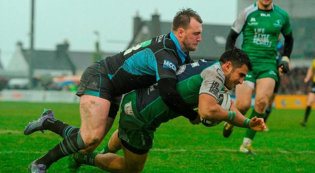 Tiernan O'Halloran, Connacht, scores his team's second try of the match. Guinness PRO12, Round 22, Connacht v Glasgow Warriors. Sportsground, Galway. Picture credit: Seb Daly / SPORTSFILE