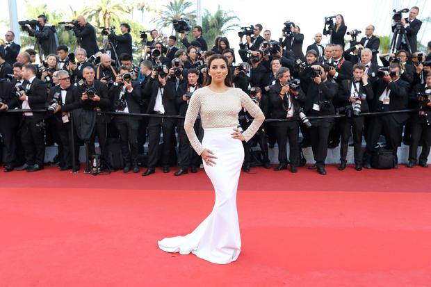 US actress Eva Longoria poses as she arrives on May 11, 2016 for the opening ceremony of the 69th Cannes Film Festival in Cannes, southern France. / AFP / Valery HACHE