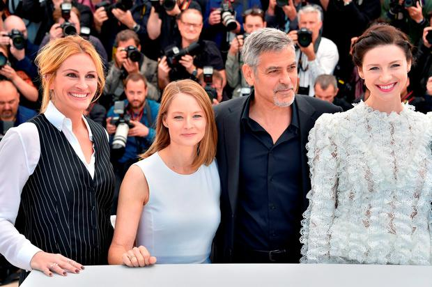 US director Jodie Foster (2ndL) poses on May 12, 2016 with US actress Julia Roberts (L), US actor George Clooney (2ndR) and Irish actress Caitriona Balfe during a photocall for the film