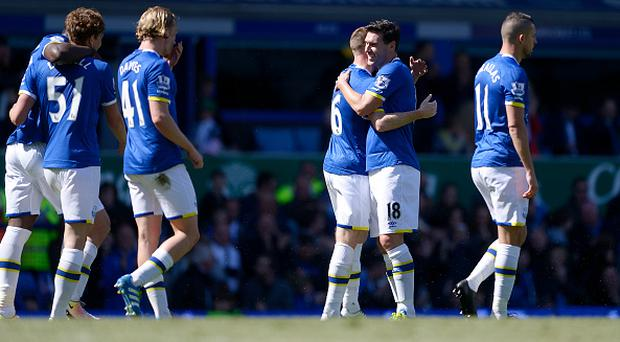 LIVERPOOL, ENGLAND - MAY 15: James McCarthy of Everton is congratulated by Gareth Barry after scoring his goal during the Barclays Premier League match between Everton and Norwich City at Goodison Park on May 15, 2016 in Liverpool, England. (Photo by Tony McArdle/Everton FC via Getty Images)