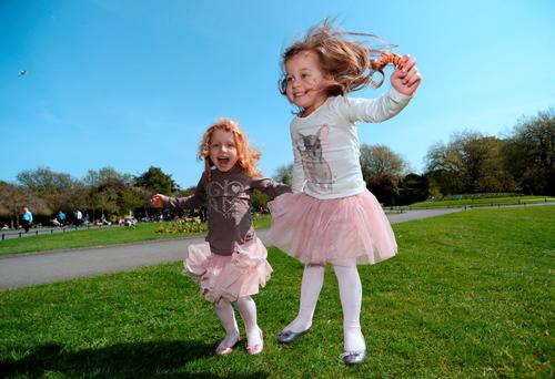 Twin sisters Antonia Wilkowska, left, and Amelia, 4, from Crumlin, Dublin, enjoying the sunshine. St. Stephen's Green, Dublin. Picture: Caroline Quinn