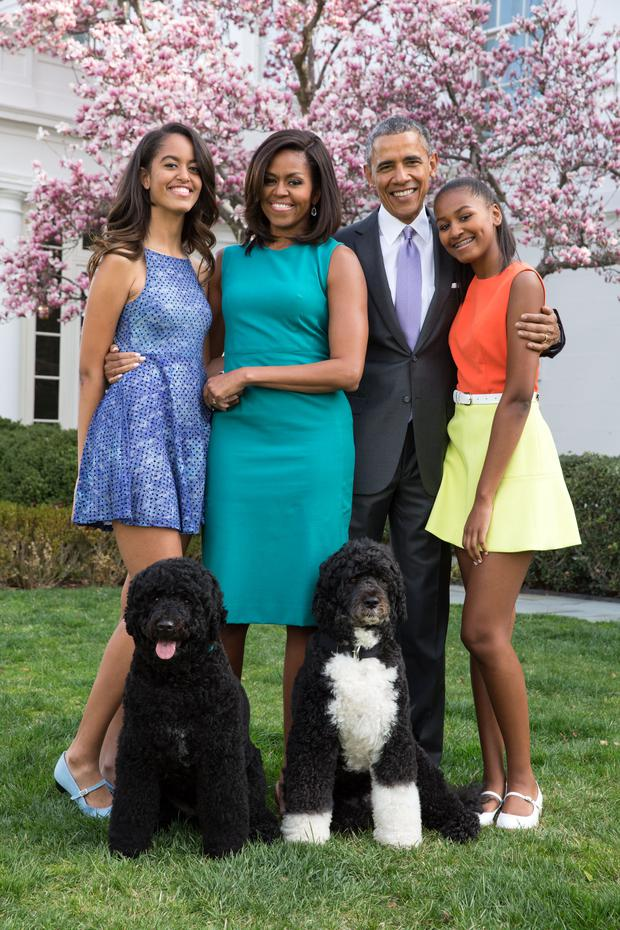U.S. President Barack Obama, First Lady Michelle Obama, and daughters Malia (L) and Sasha (R) pose for a family portrait with their pets Bo and Sunny in the Rose Garden of the White House on Easter Sunday, April 5, 2015 in Washington, DC. (Photo by Pete Souza/The White House via Getty Images)
