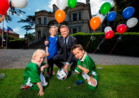 Pictured are Matilda Byrne, 5, Kyle Mooney, 6, and Kyle Doyle, 6, with former Republic of Ireland international and RTÉ panellist Damien Duff INPHO/Cathal Noonan