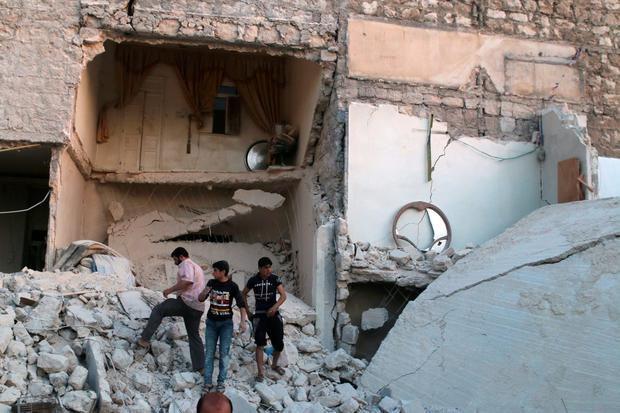 Men inspect damage after an airstrike on Aleppo's rebel held al-Hallak neighbourhood, Syria June 2, 2016. REUTERS/Abdalrhman Ismail