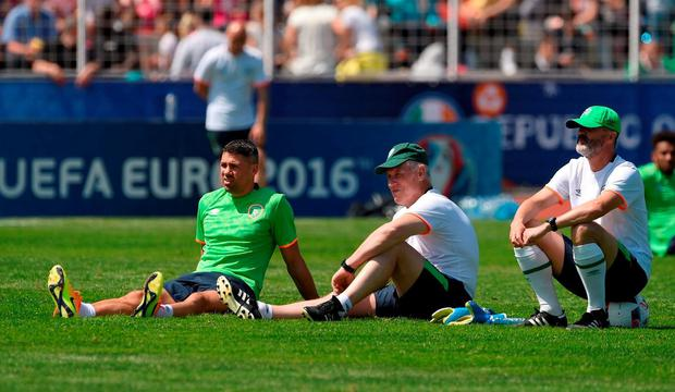 Jonathan Walters of Republic of Ireland with goalkeeping coach Seamus McDonagh and assistant manager Roy Keane during squad training at at UEFA EURO2016 in Versailles, Paris, France. Photo by David Maher/Sportsfile