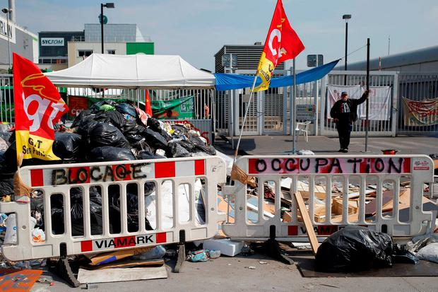 Union supporters blockaded waste incineration centres in central Paris, causing uncollected rubbish to pile up in 10 of the capital's 20 districts. Photo: AP