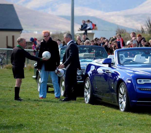 Chris Evans and Matt Le Blanc with their Rolls Royce cars and local referee Richie Williams while filming an episode of 'Top Gear' in west Kerry in April. Photo: Don MacMonagle