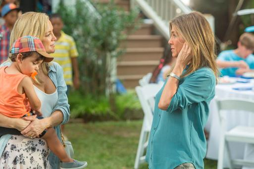 Kate Hudson (left) and Jennifer Aniston in Mother's Day.