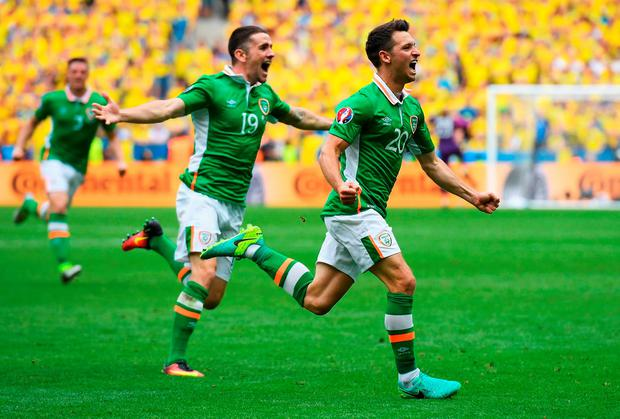 Wes Hoolahan (R) celebrates with his team mate Robbie Brady (L) after firing Ireland into the lead at the Stade de France. Photo by Matthias Hangst/Getty Images