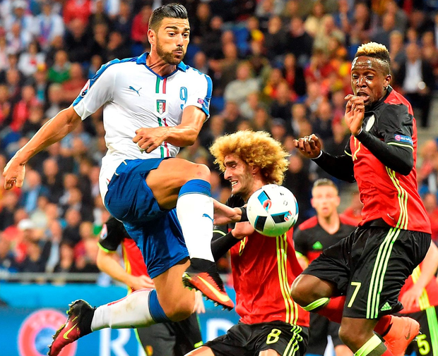 Italy's forward Pelle vies with Belgium's midfielder Kevin De Bruyne during the match between Belgium and Italy. Photo: Vincenzo Pinto/Getty Images