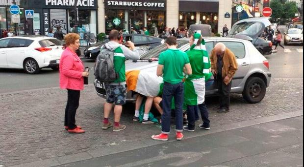Ireland f,ans change a tyre for a French couple in Paris