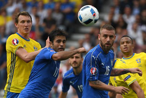 Sweden's midfielder Kim Kallstrom (L), Italy's forward Citadin Martins Eder (2nd L) and Italy's midfielder Daniele De Rossi (2nd R) eye the ball during the Euro 2016 group E football match between Italy and Sweden at the Stadium Municipal in Toulouse on June 17, 2016. / AFP / PASCAL GUYOT (Photo credit should read PASCAL GUYOT/AFP/Getty Images)
