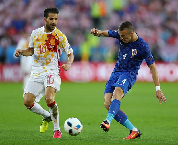 BORDEAUX, FRANCE - JUNE 21: Ivan Perisic of Croatia and Cesc Febregas of Spain compete for the ball during the UEFA EURO 2016 Group D match between Croatia and Spain at Stade Matmut Atlantique on June 21, 2016 in Bordeaux, France. (Photo by Dean Mouhtaropoulos/Getty Images)