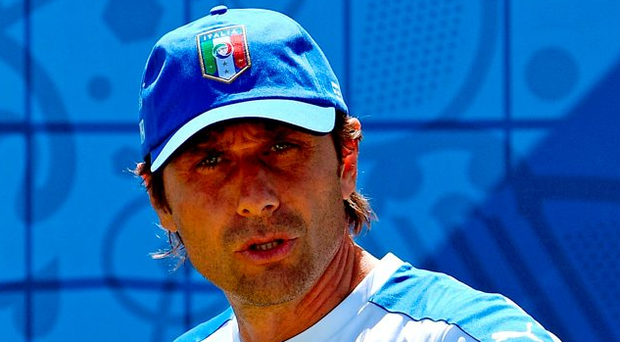 Italy's coach Antonio Conte attends a training session. Photo: Vincenzo Pinto/Getty Images
