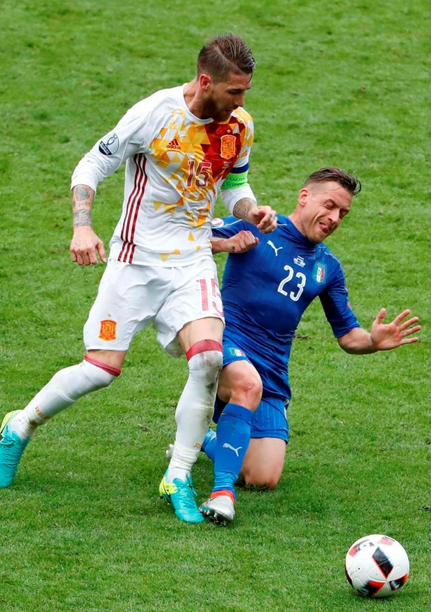 Spain's Sergio Ramos and Italy's Emanuele Giaccherini battle for control of the ball Photo: REUTERS/Charles Platiau