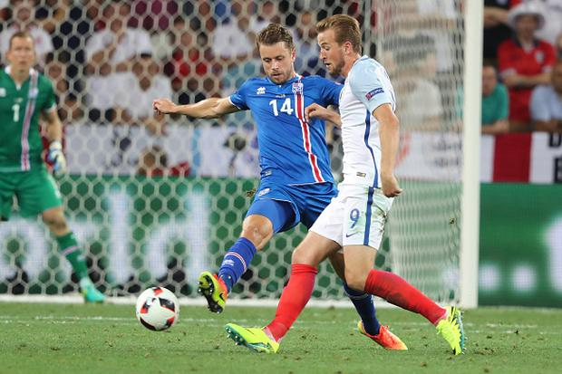 Harry Kane (ENG), Kari Arnason (ISL), during the UEFA EURO 2016 round of 16 match between England and Iceland at Allianz Riviera Stadium on June 27, 2016 in Nice, France. (Photo by Foto Olimpik/NurPhoto via Getty Images)
