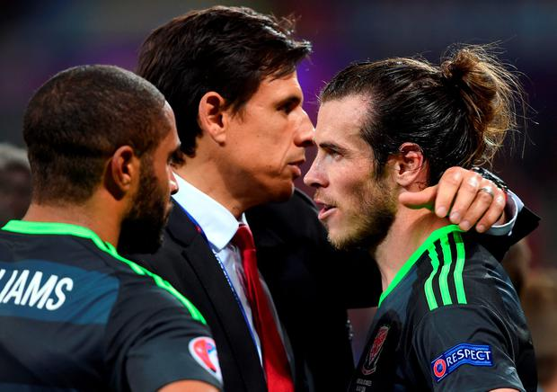 Wales manager Chris Coleman (centre) speaks with Wales' Gareth Bale