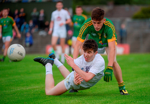 Kildare's Jack Robinson offloads the ball under pressure from Meath's Robbie Clarke. Photo by Piaras Ó Mídheach/Sportsfile