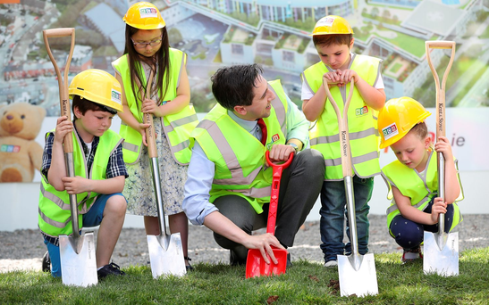 Health Minister Simon Harris with James Stack (9), Grace Cawley (8), Adam Kelly (5) and Matilda Kiernan (7) as construction begins on the new children's hospital at St James's in Dublin Photo: Maxwells