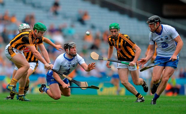 Jake Dillon of Waterford passes the sliotar to team mate, Kevin Moran while being put under pressure by Paul Murphy, left and Joey Holden, right of Kilkenny. Photo by Eóin Noonan/Sportsfile