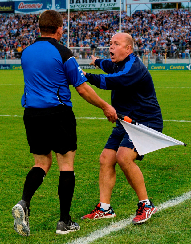 Waterford manager Derek McGrath expresses his point of view to linesman Colm Lyons. Photo by Piaras Ó Mídheach/Sportsfile