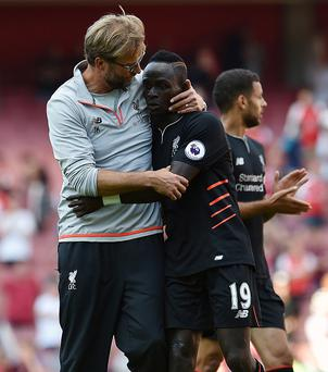 LONDON, ENGLAND - AUGUST 14: (THE SUN OUT, THE SUN ON SUNDAY OUT) Jurgen Klopp manager of Liverpool embraces Sadio Mane at the end of the Premier League match between Arsenal and Liverpool at Emirates Stadium on August 14, 2016 in London, England. (Photo by Andrew Powell/Liverpool FC via Getty Images)