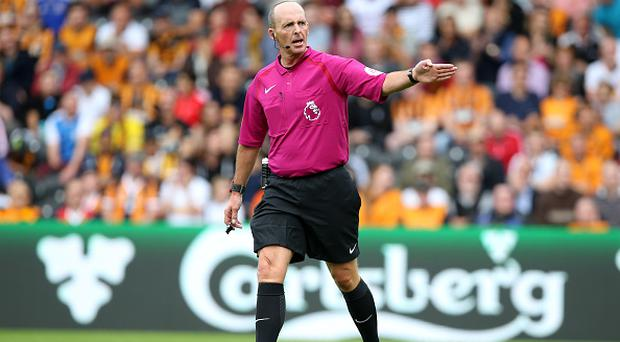HULL, ENGLAND - AUGUST 13: Referee Mike Dean during the Premier League match between Leicester City and Hull City at KC Stadium on August 13, 2016 in Hull, United Kingdom. (Photo by Plumb Images/Leicester City FC via Getty Images)