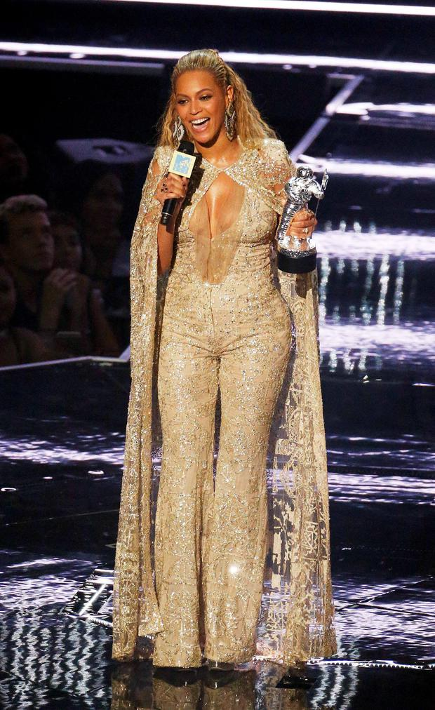 Beyonce accepts the Female Video of the Year award during the 2016 MTV Video Music Awards in New York, U.S., August 28, 2016. REUTERS/Lucas Jackson