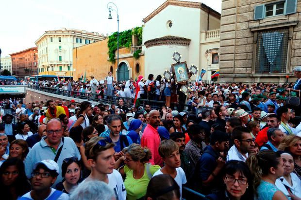 Crowds arrive to attend a mass celebrated by Pope Francis for the canonisation of Mother Teresa of Calcutta in Saint Peter's Square at the Vatican September 4, 2016
