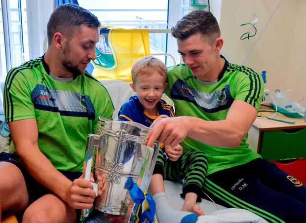 Ronan Mulqueen (6) from Maynooth, Co Kildare – and originally from Silvermines, Co Tipperary – with James Barry (left) and Ronan Maher during the All-Ireland winning team's visit to Our Lady's Children's Hospital, Crumlin, in Dublin. Photo by Piaras Ó Mídheach/Sportsfile