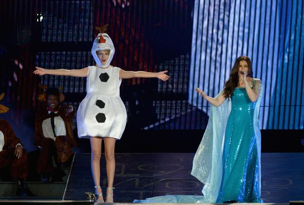 TAMPA, FL - OCTOBER 31: Taylor Swift (L) and Idina Menzel perform on Taylor Swift's