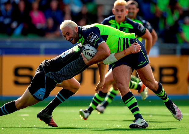 Leinster's Dave Kearney is tackled by Glasgow's Henry Pyrgos. Photo: Seb Daly/Sportsfile
