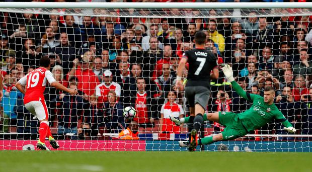 Santi Cazorla scores the winner for Arsenal from the penalty spot Photo: Reuters / John Sibley
