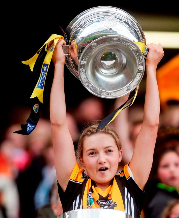 Michelle Quilty lifts the O'Duffy Cup. Photo by Piaras Ó Mídheach/Sportsfile