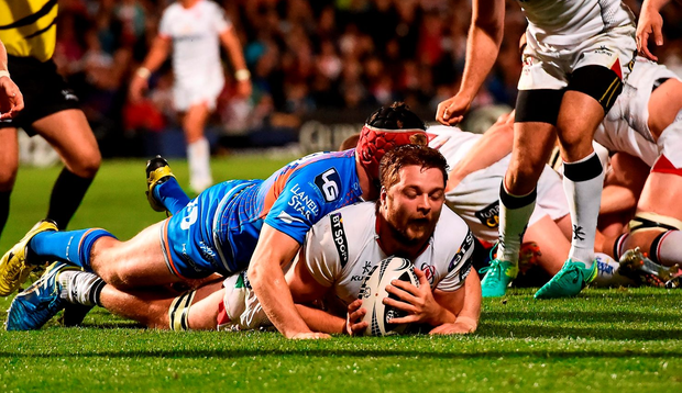 Iain Henderson scores a last minute try despite the tackle by Ryan Elias. Photo by Oliver McVeigh/Sportsfile