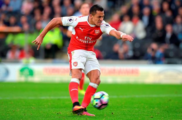 Alexis Sanchez scores Arsenal's third goal. Photo: Getty