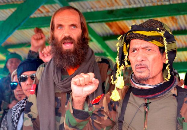 Released Norwegian hostage Kjartan Sekkingstad, second right, stands next to Moro National Liberation Front Chairman Nur Misuari, right. (AP Photo/Nickee Butlangan)