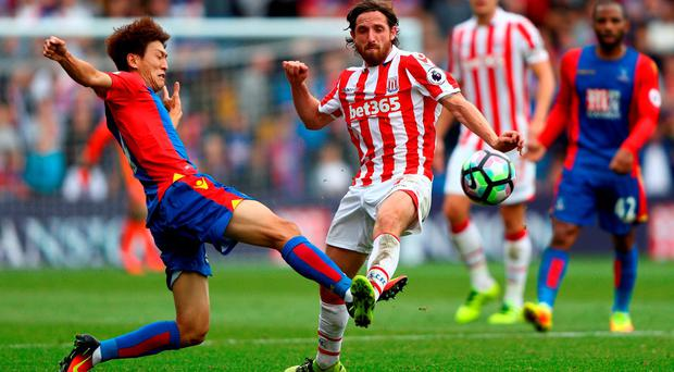 Chung-yong Lee of Crystal Palace (L) stretches to get to the ball before Joe Allen of Stoke City. Photo by Ian Walton/Getty Images