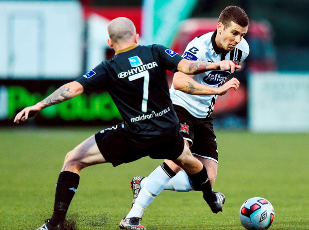 Dundalk's Michael McEleney is challenged by Gary McCabe. Photo by David Maher/Sportsfile